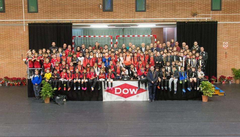 Foto de família dels participants en el XX Torneig de Nadal de futbol base DOW