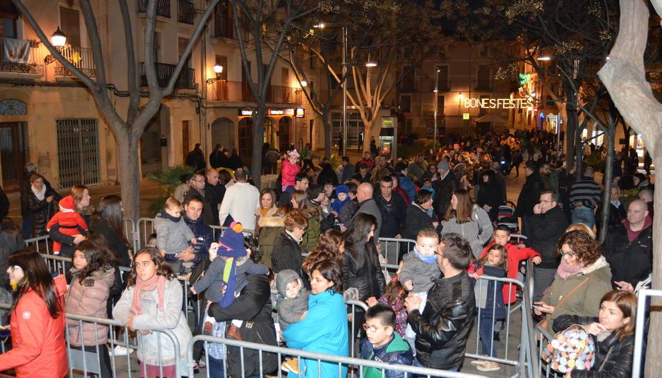 Com ja és habitual es va formar una llarga cua, però les famílies i els nens van esperar pacientment que els arribés el torn mentre jugaven a la plaça, il·luminada amb els llums de Nadal.