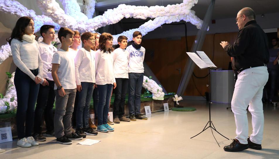 El cor de l'institut va actuar durant la presentació a les famílies, autoritats i amics.