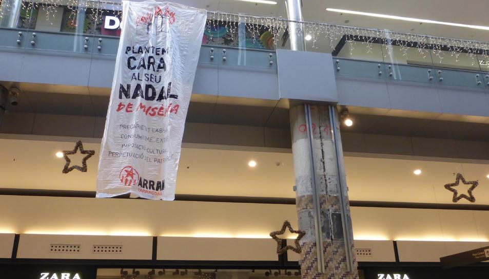 La pancarta porta el lema «Plantem cara al seu Nadal de misèria!».