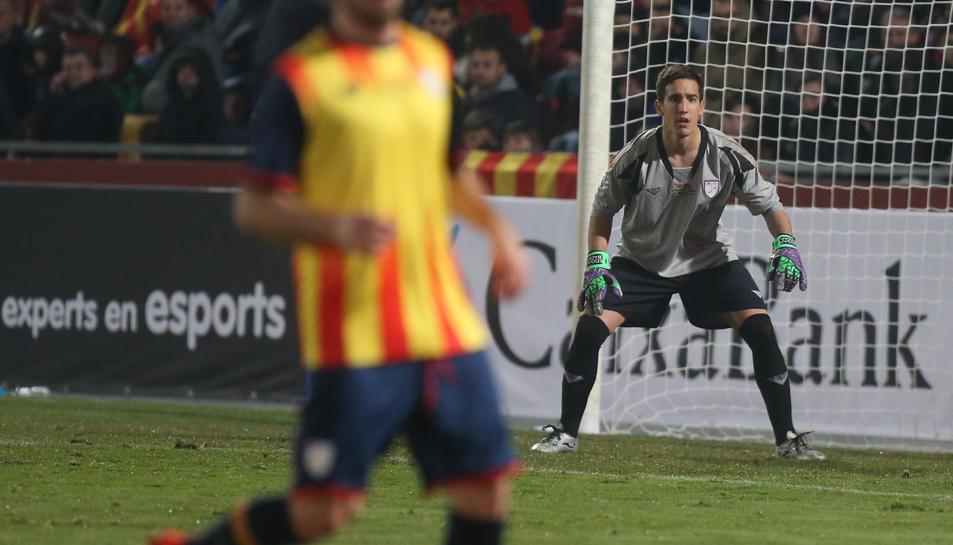L'arquer roig-i-negre Edgar Badia durant un instant del partit amb la selecció catalana, amb què va estrenar-se dimecres, a Montilivi.