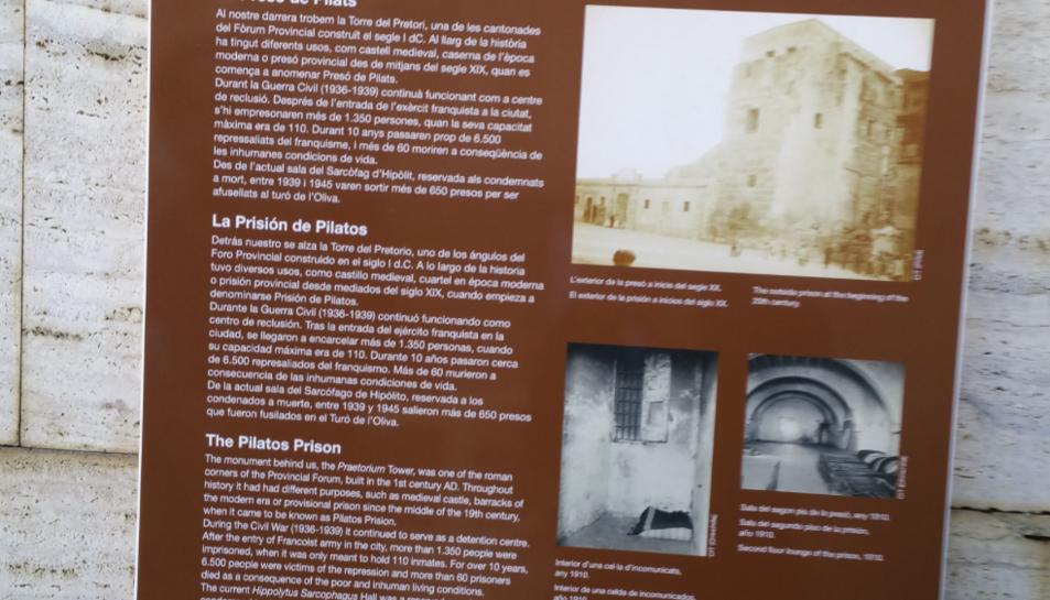 Cartell de senyalització de la presó de Pilats com a espai de memòria.