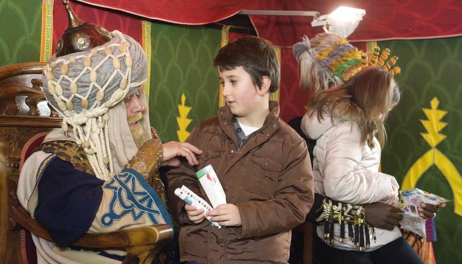 Un infant reusenc entregant la seva carta als patges reals a la Casa Rull el passat Nadal.
