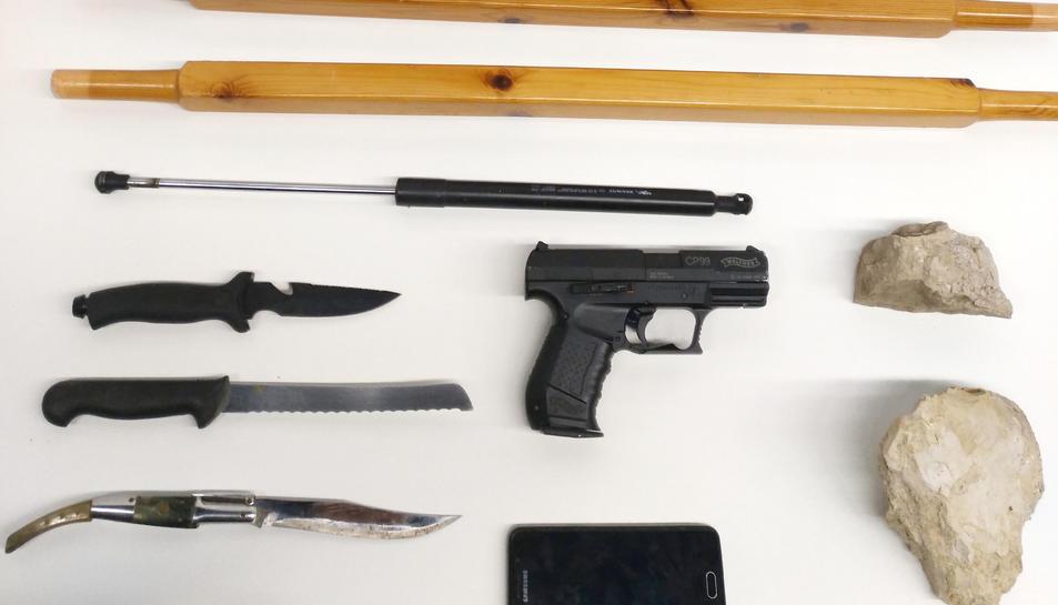 Els joves posseïen pals, armes blanques i una pistola simulada.