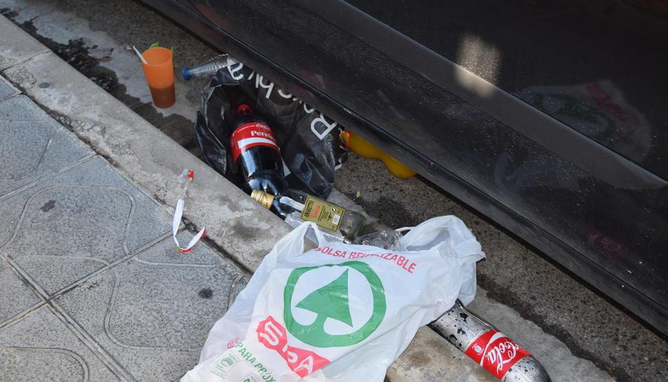 Imatge d'arxiu de botelles d'alcohol i de refresc després d'una nit de festa als carrers de Tarragona.