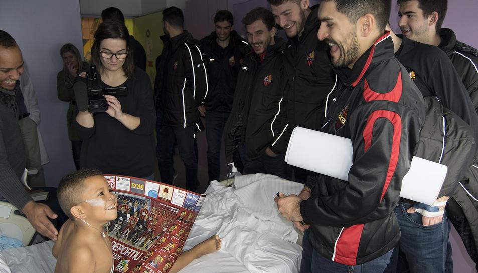Els infants han rebut amb molta alegria la visita dels jugadors.