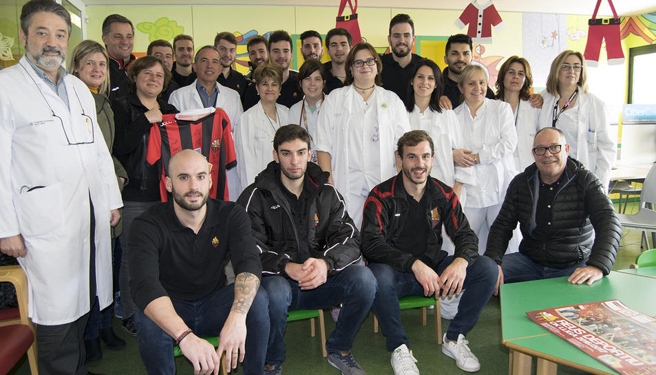 Foto de família de la visita dels jugadors del Reus d'Hoquei a l'Hospital Sant Joan.