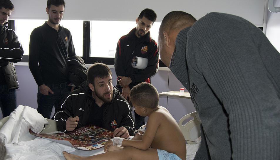 Els infants han rebut amb molta alegria la visita dels jugadors del Reus d'Hoquei.