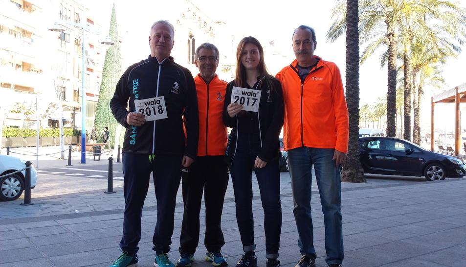 Imatge dels corredors amb els pitralls 2.017 i 2.018 junt amb els membres del club José Manuel Fariña i Antoni Torres.