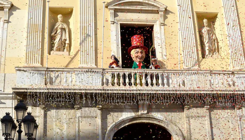 L'Home dels Nassos saludant des del balcó del Palau Municipal.