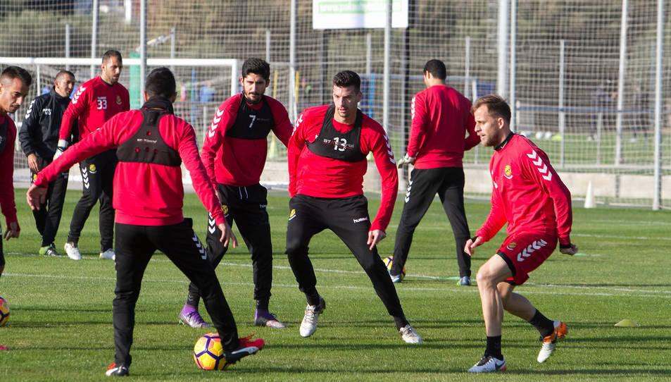 El defensa Bruno Perone, amb el dorsal 13 al pit, en un dels entrenaments realitzats amb el Nàstic, al Complex Esportiu Futbol Salou.