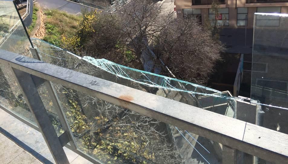 Barana de vidre que separa el carrer Zamenhof dels Jardins del Vapor, trencada fa unes setmanes.