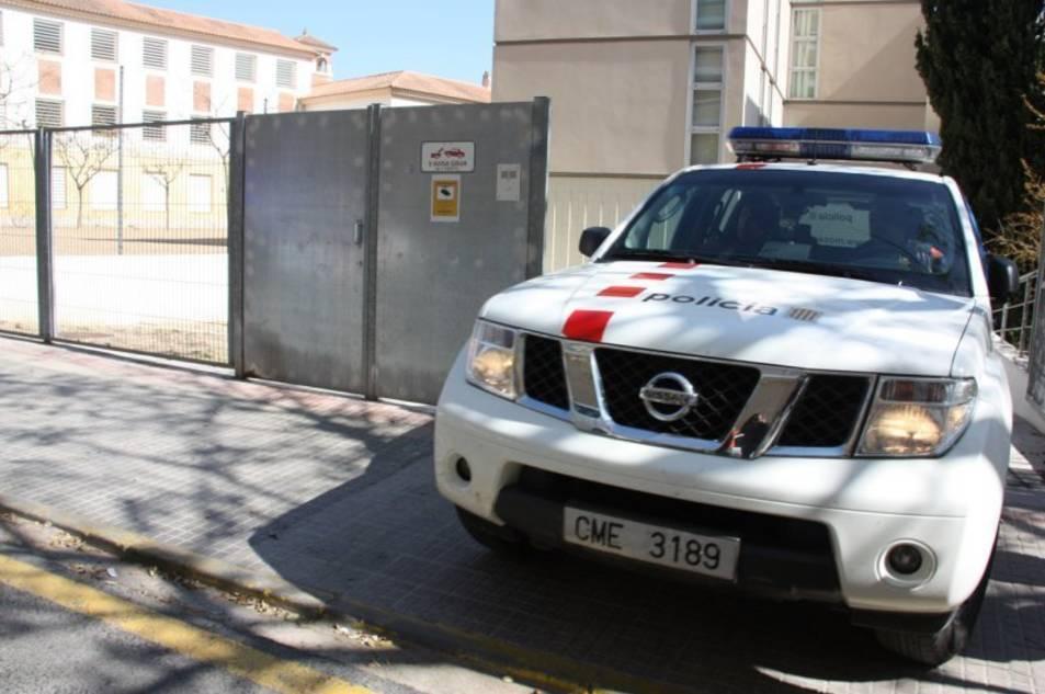 Imatge d'arxiu d'un vehicle dels Mossos d'Esquadra abandonant les instal·lacions situades a Reus