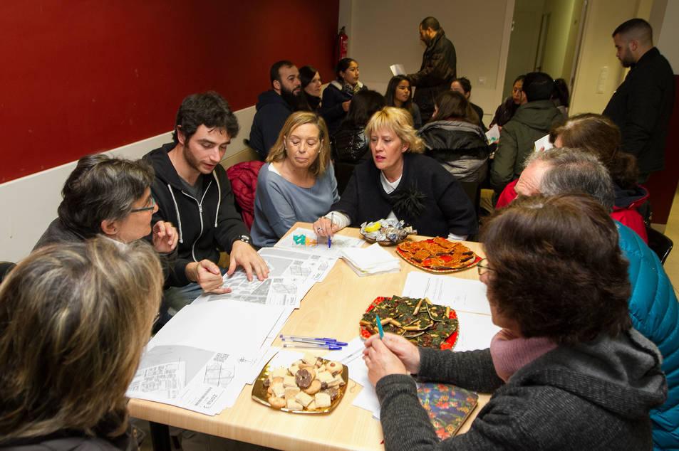 Voluntaris al menjador social de Càritas abans del recompte, el passat desembre.
