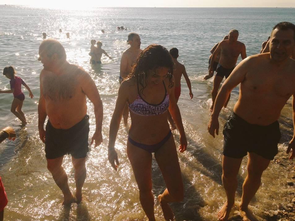 Prop de cinquanta persones s'han banyat a Altafulla