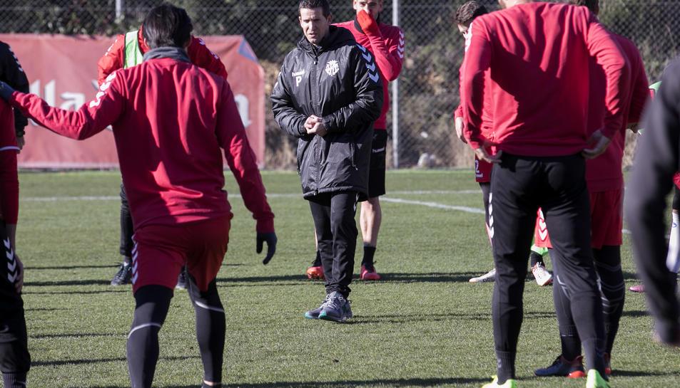 Juan Merino, al centre, dóna instruccions als jugadors durant el seu primer entrenament com al capdavant del Nàstic, dijous passat.