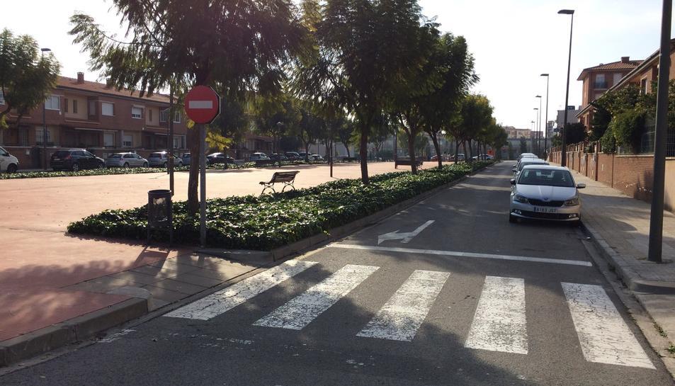 Montse Chaves tenia el vehicle estacionat en aquest carrer quan li van robar les plaques.