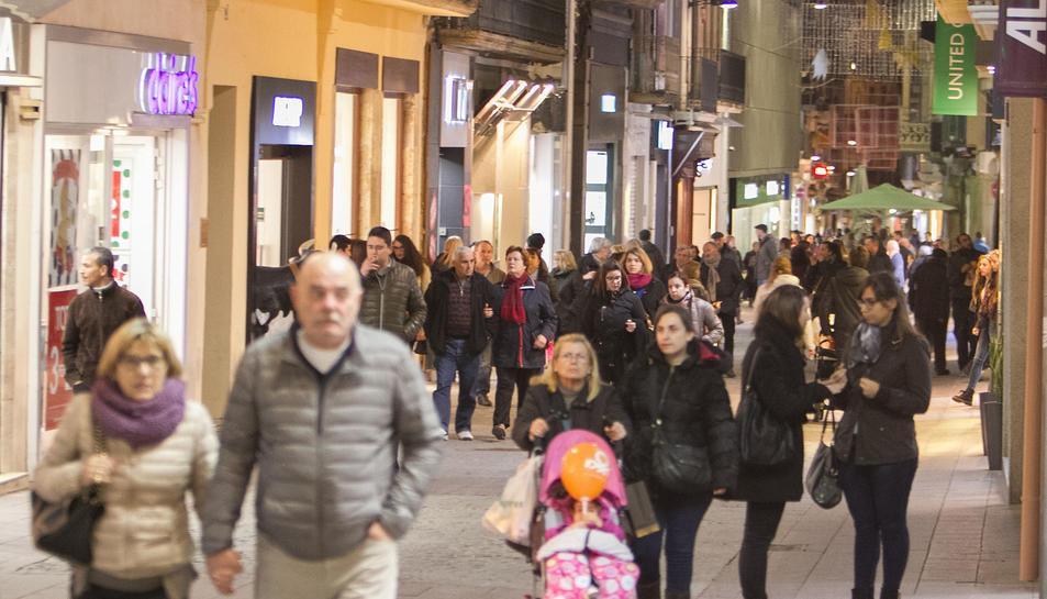 Vianants passejant pel centre de la ciutat, en una imatge d'arxiu.