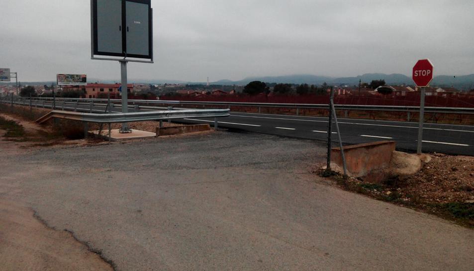 Pla obert del camí d'accés a l'N-420 a Móra la Nova