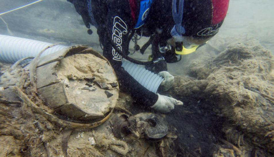 Detall d'un submarinista del CASC netejant la sorra de les restes del Deltebre I