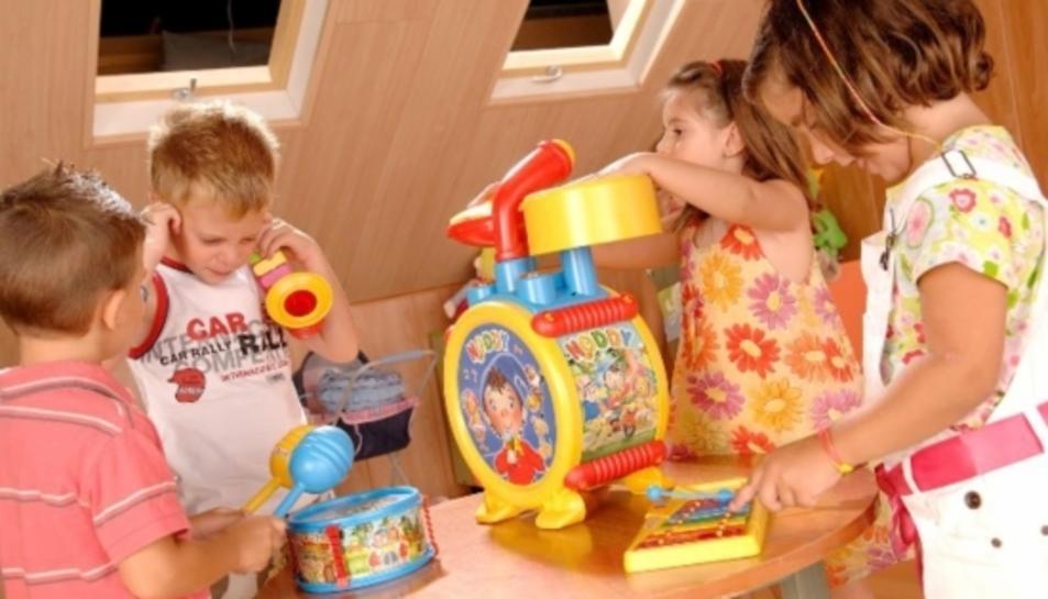 Imatge d'arxiu d'un grup de nens jugant amb les seves joguines.