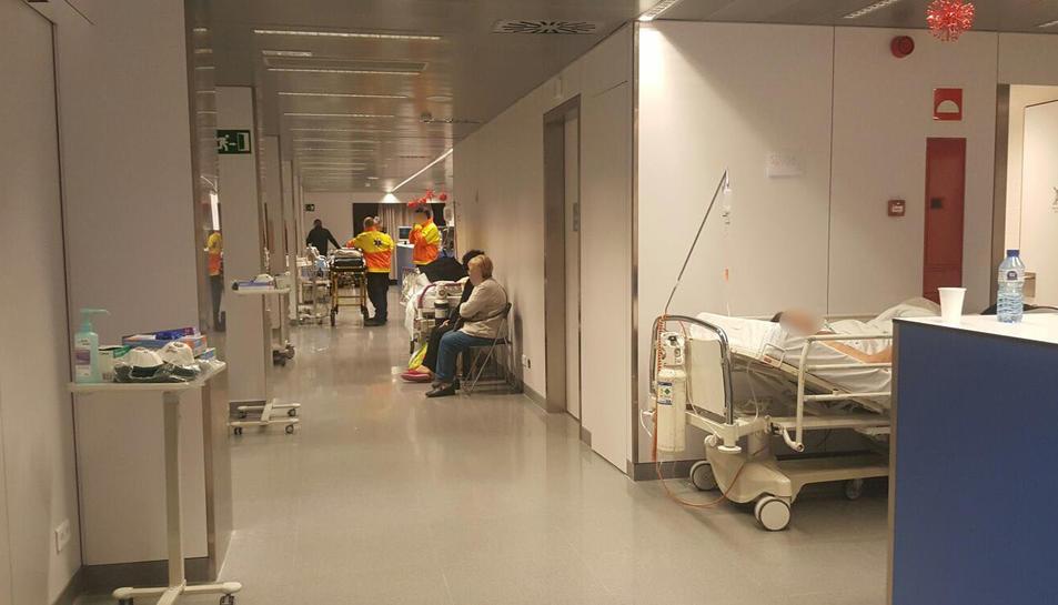 Imatge d'ahir, vora dos quarts de vuit del matí, al servei d'Urgències de Joan XXIII, amb pacients en un dels passadissos.