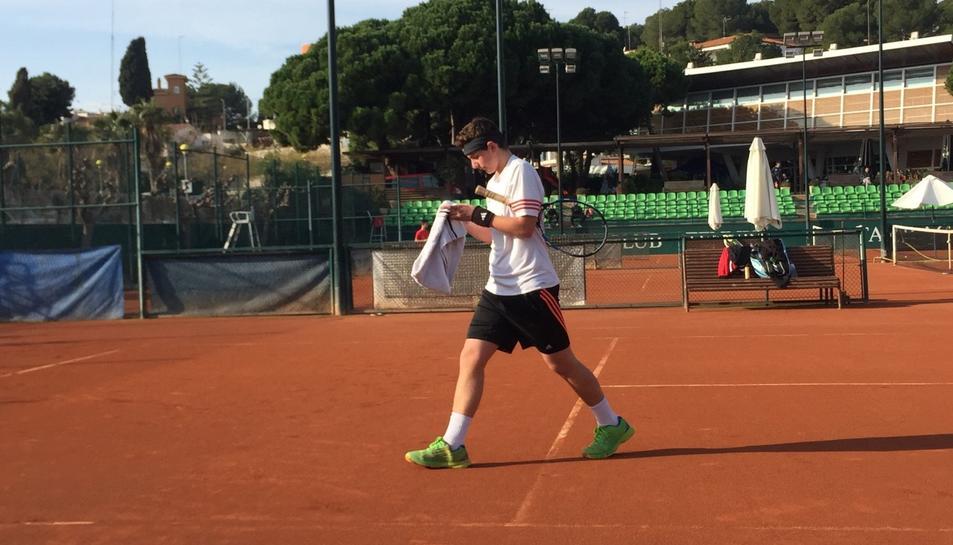 Imatge d'un jugador del Club Tennis Tarragona que participa en els campionats de Reis del club.