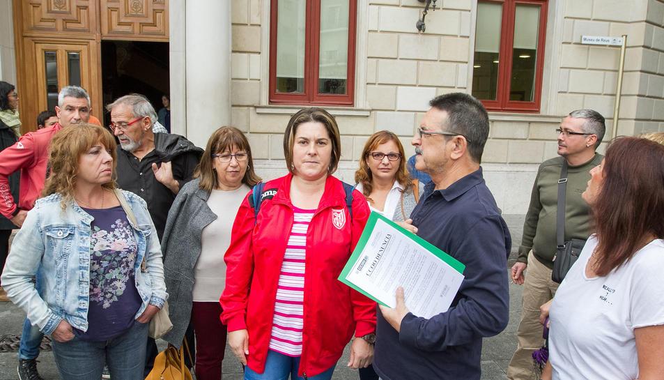 Treballadors afiliats a CCOO en l'acció reivindicativa del passat octubre, davant del consistori.