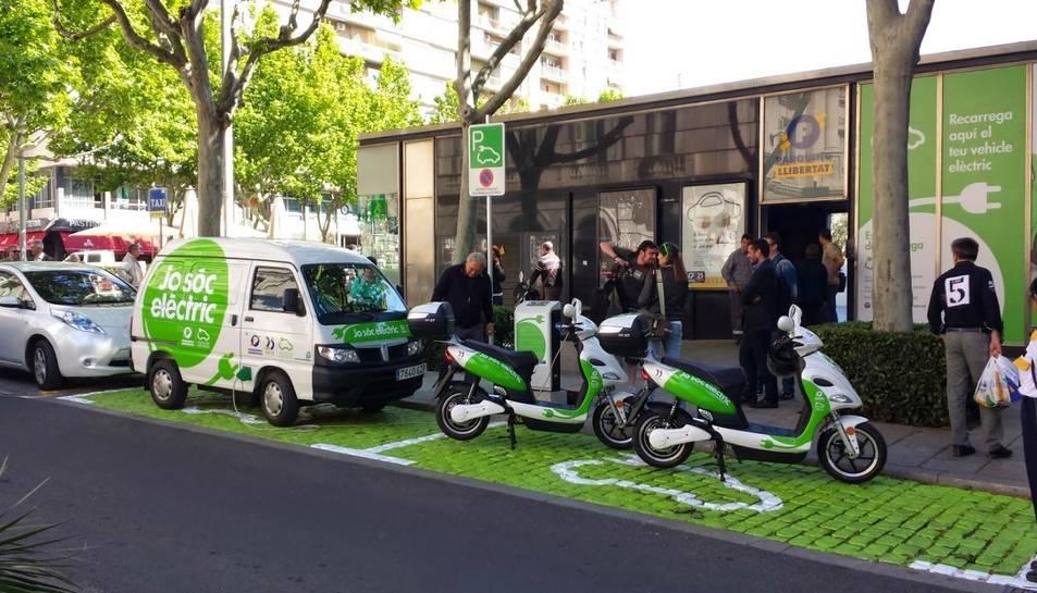 El punt de recàrrega de vehicles elèctrics a la plaça Llibertat de Reus, en una imatge d'arxiu.