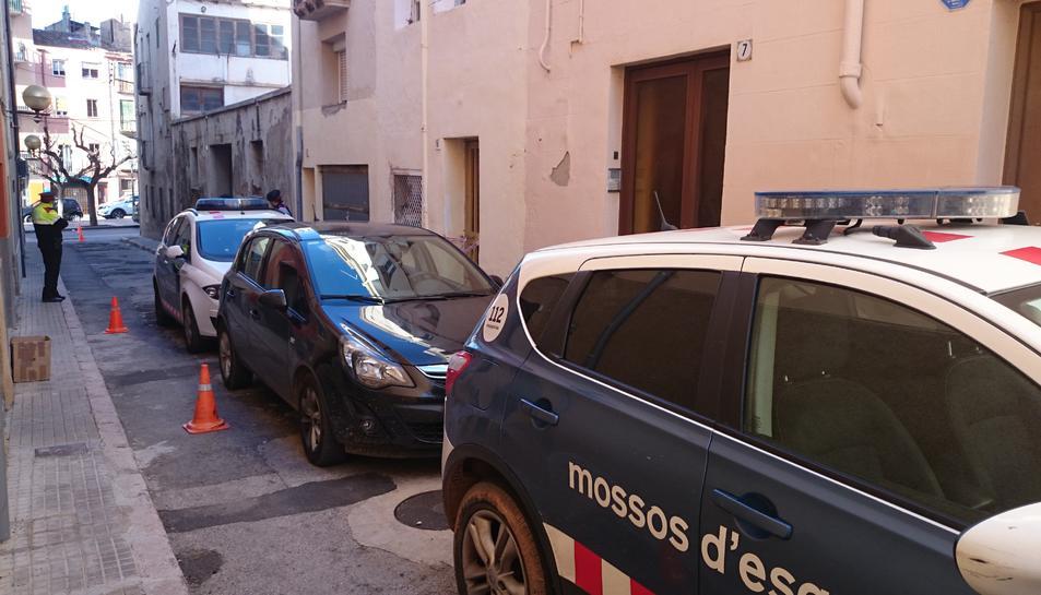 El desplegament policial al carrer Priorat de Valls aquest dimarts.
