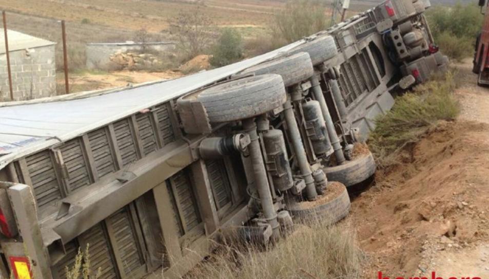 El camió ha bolcat mentre circulava per una pista forestal.