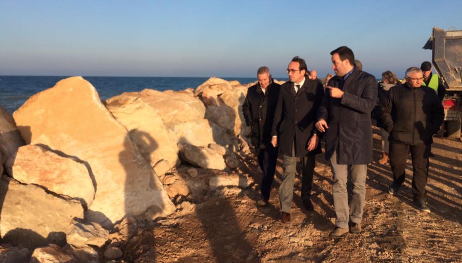 L'alcalde de Deltebre mostra al conseller Rull els treballs de reconstrucció de l'escullera d'accés al Fangar.