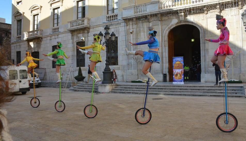 Els artistes han ofert un tastet dels seus números a la plaça de la Font.