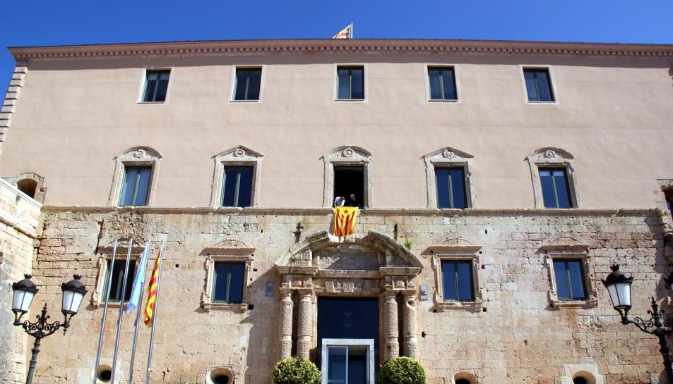Imatge d'arxiu de la façana de l'Ajuntament de Torredembarra, just després de penjar-s'hi l'estelada.