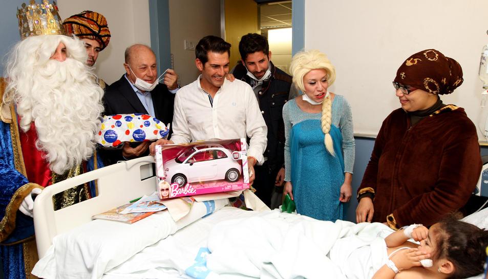 Rubén Marín entrega un obsequi a un dels nens ingressats a l'hospital.