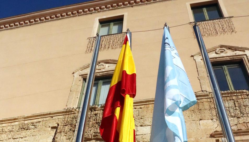 Pla obert de l'alcalde de Torredembarra, Eduard Rovira, després de penjar la bandera espanyola i, a sota, la senyera. Imatge del 4 de gener del 2017