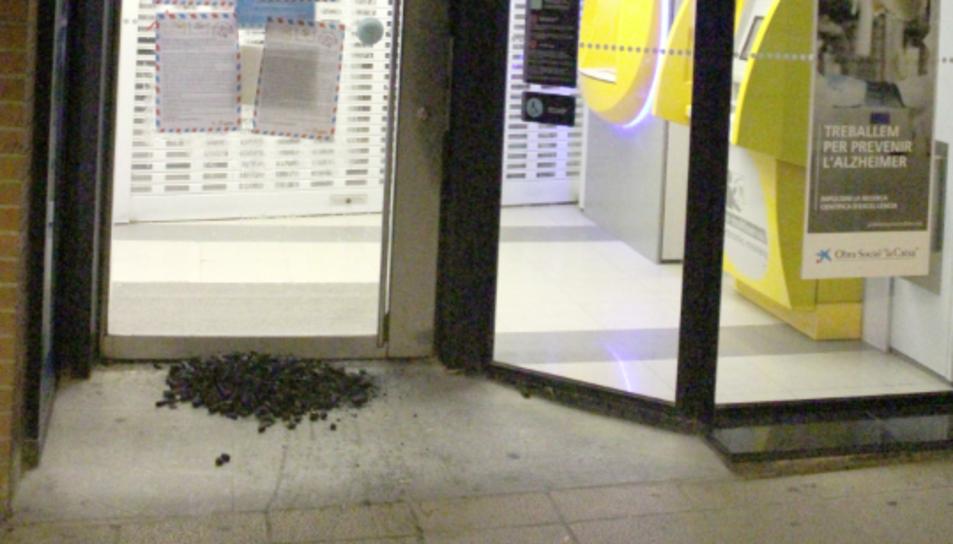El carbó que van deixar en una oficina de la Caixa del municipi.
