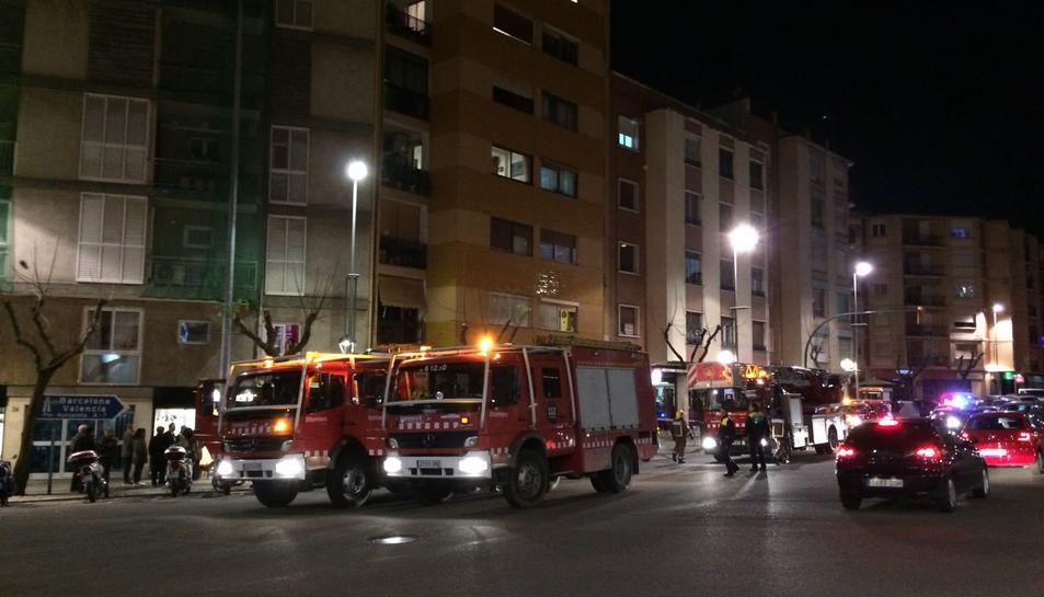 Les dotacions de Bombers a l'exterior del número 24 de l'avinguda Catalunya.