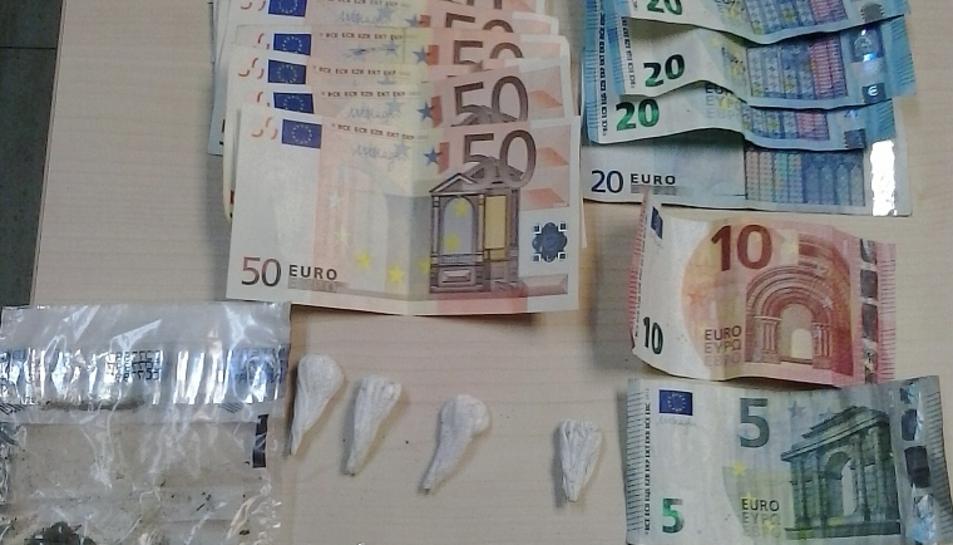 La droga i els diners en efectius requisats per la Policia Municipal del Vendrell.