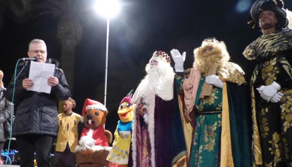 Els tres Reis d'Orient han arribat al port esportiu de Salou davant l'atenta mirada de molts infants.