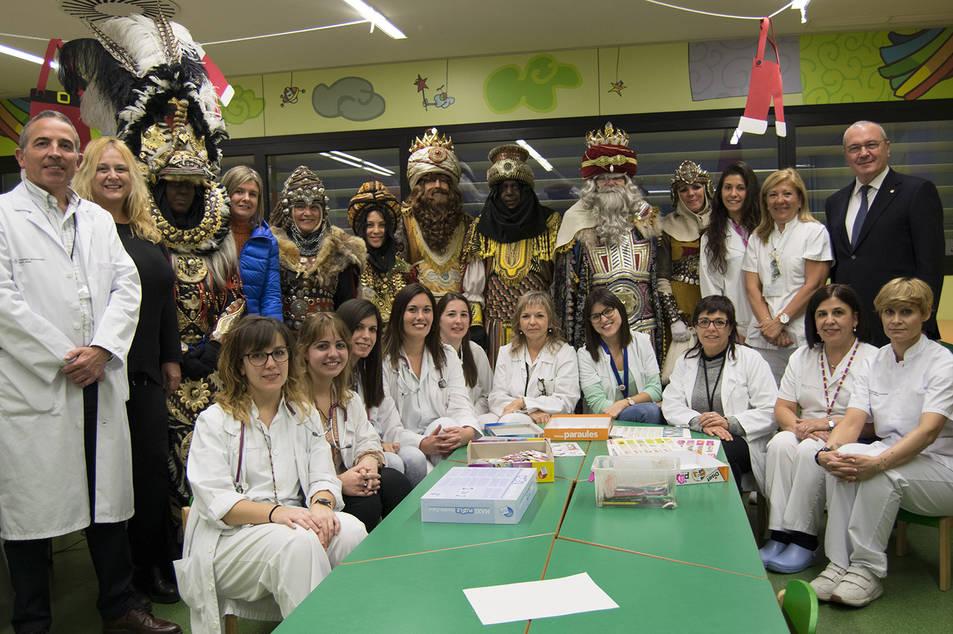 Els patges, el personal de pediatria i l'alcalde reusenc van acompanyar els Reis Mags durant la visita.