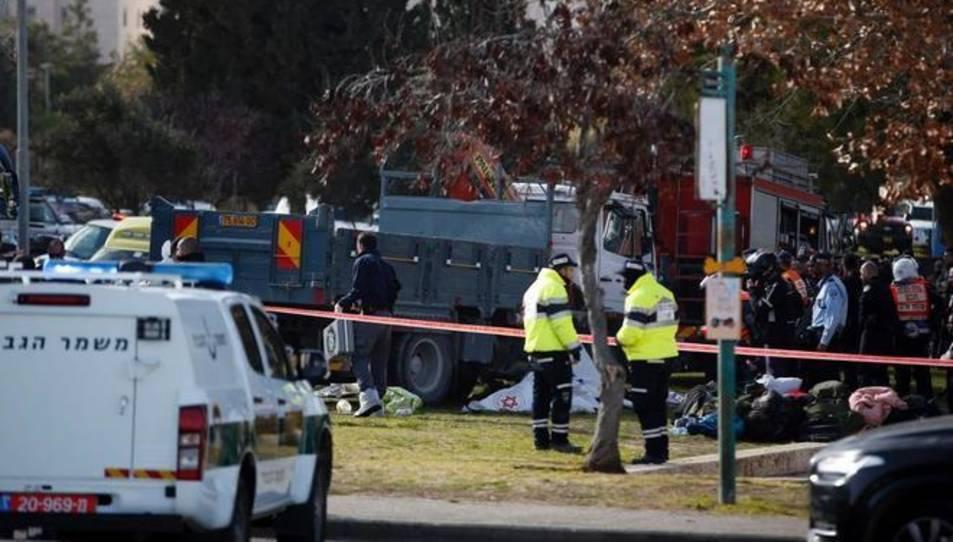 Les forces de seguretat i els serveis mèdics treballen al costat del camió.