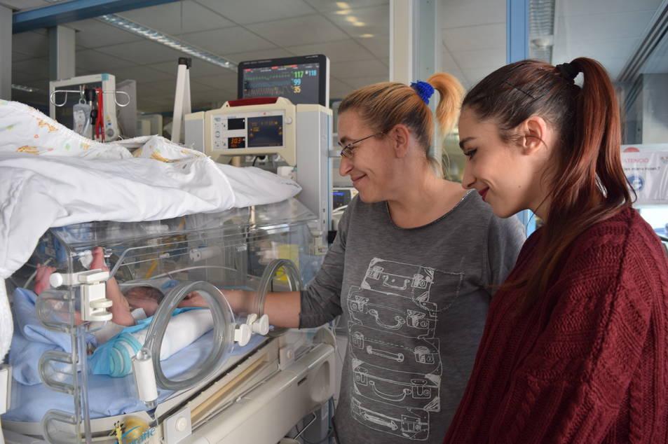 La Paula està a la incubadora de l'hospital Joan XXIII. La seva mare i la seva germana la van a visitar sovint.