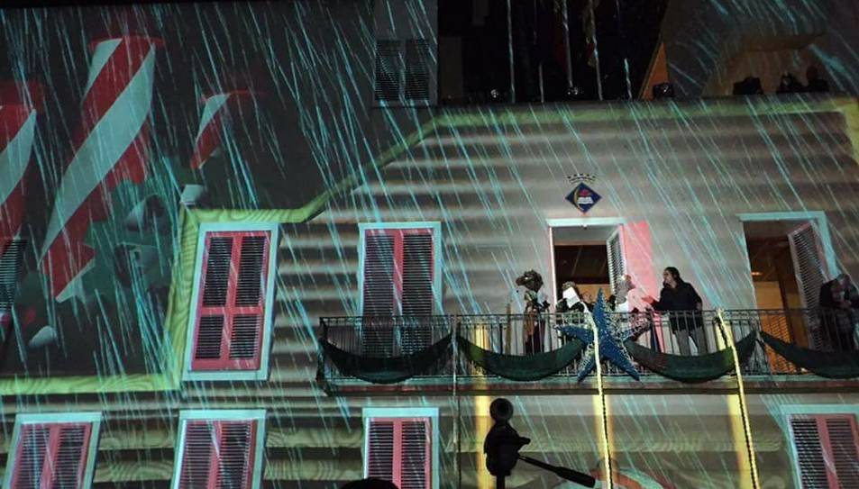 Imatge del festival de llums projectat sobre la façana de l'Ajuntament.