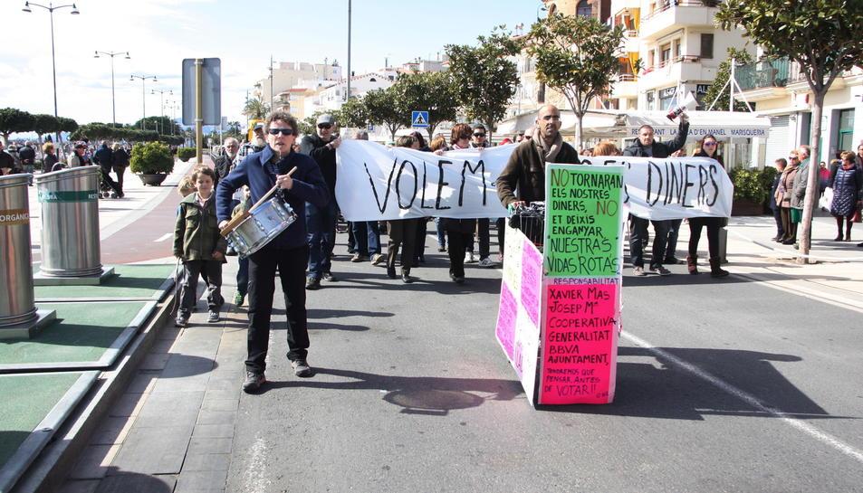 Capçalera de la manifestació que els afectats per la fallida de la Cooperativa Agrícola van convocar el 6 de març de 2016.