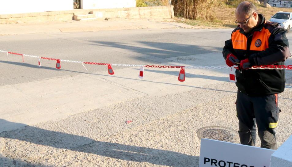 El cap de Protecció Civil del Vendrell, Pere Callau, col·locant el nou cadenat.