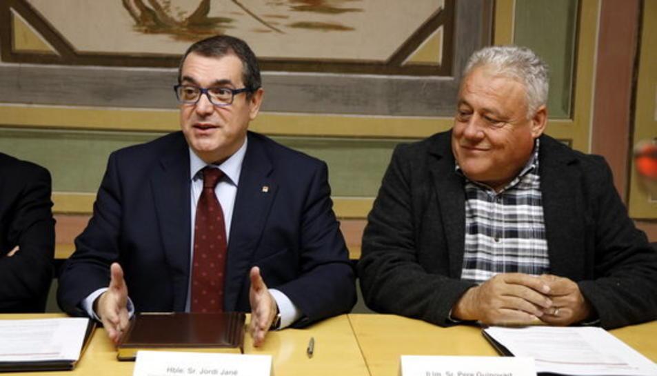Imatge d'arxiu de l'alcalde del Morell, Pere Guinovart, al costat esquerre del conseller d'Interior, Jordi Jané, en l'acte de signatura del conveni de cessió d'emissores de la xarxa RESCAT.