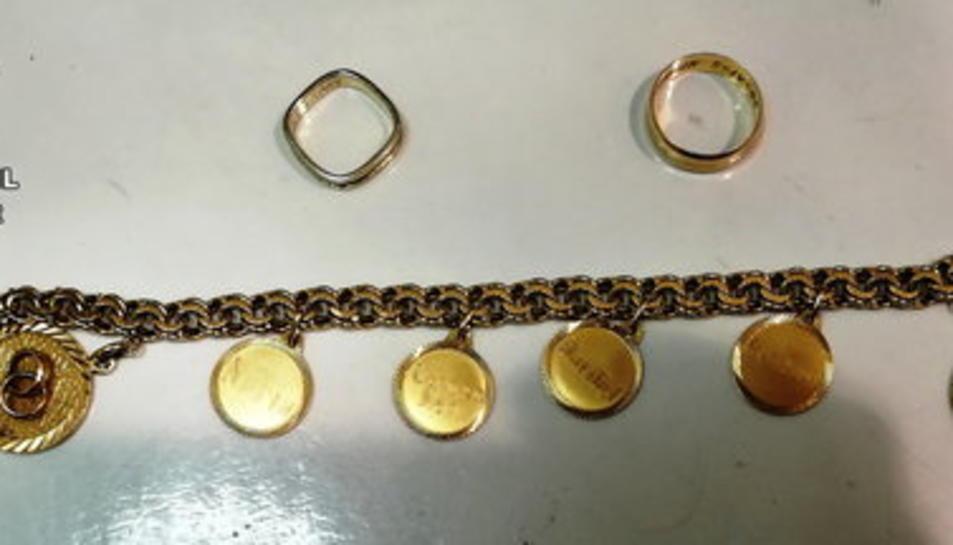 Algunes de les joies recuperades per la Guàrdia Civil robades a persones grans d'Alcanar i Ulldecona.