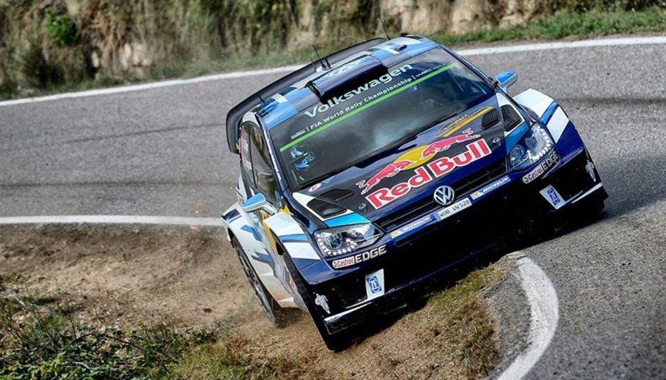 Imatge d'un dels cotxes participants en l'edició de 2016 del Rally durant una etapa.