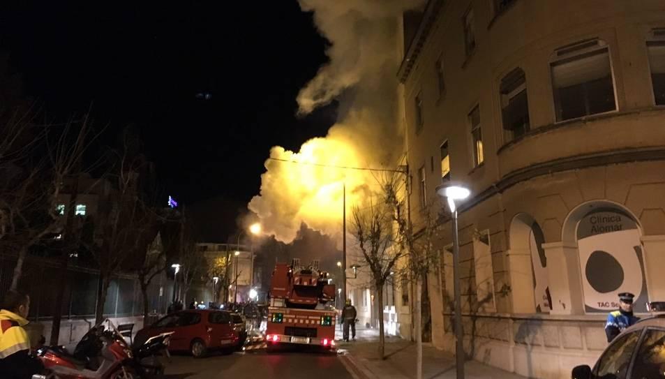 El foc ha tingut ha tingut lloc a un edifici davant de l'Escola Maria Cortina.